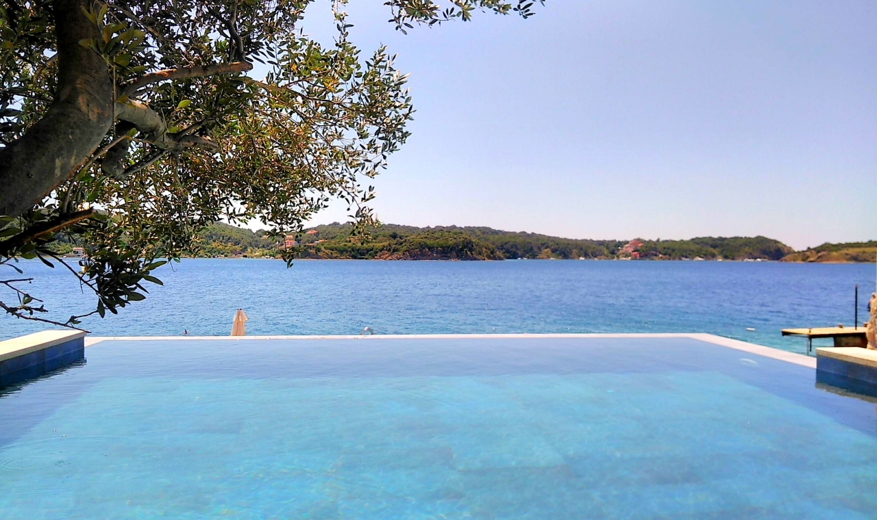 Private Villa in Croatia in a village called Supetarska Draga on the island - sloveniarealestates.com